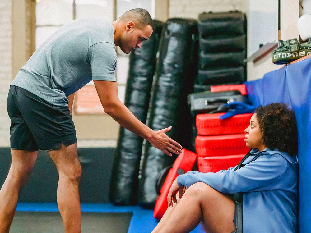 Mann hilft Frau weiter zu machen